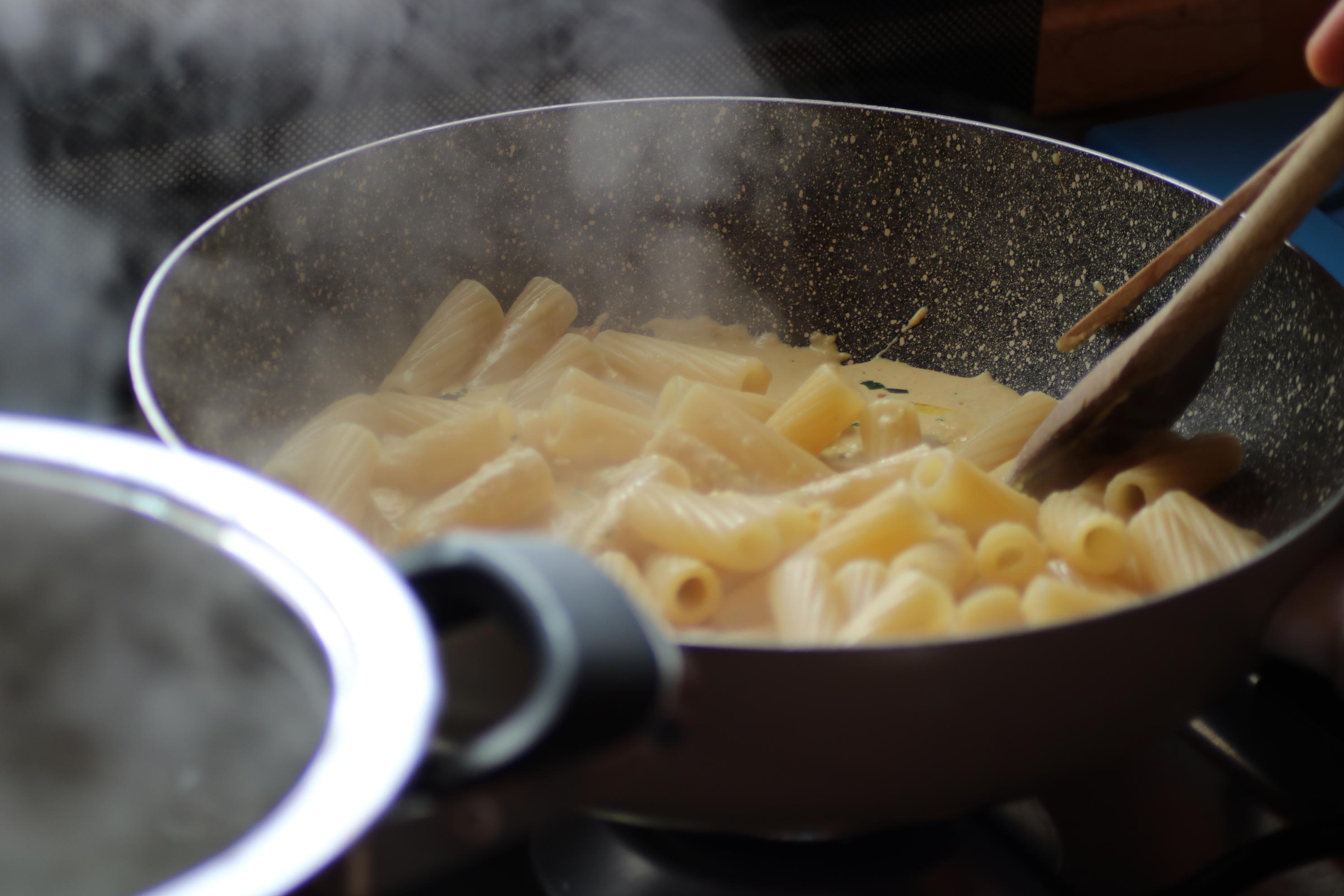 Pasta con crema di peperoni e noci