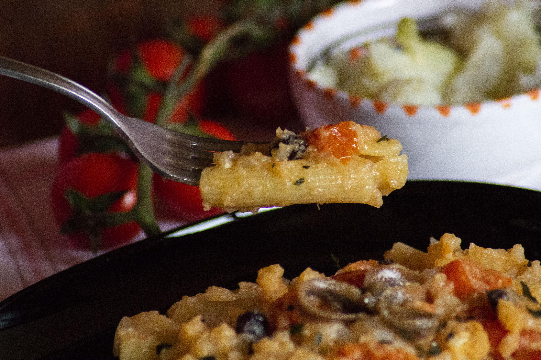 Un primo piatto di Gangi: la Pasta alla maniera! Profumo di montagna bianco, pomodorini, acciughe, uva passa e pinoli