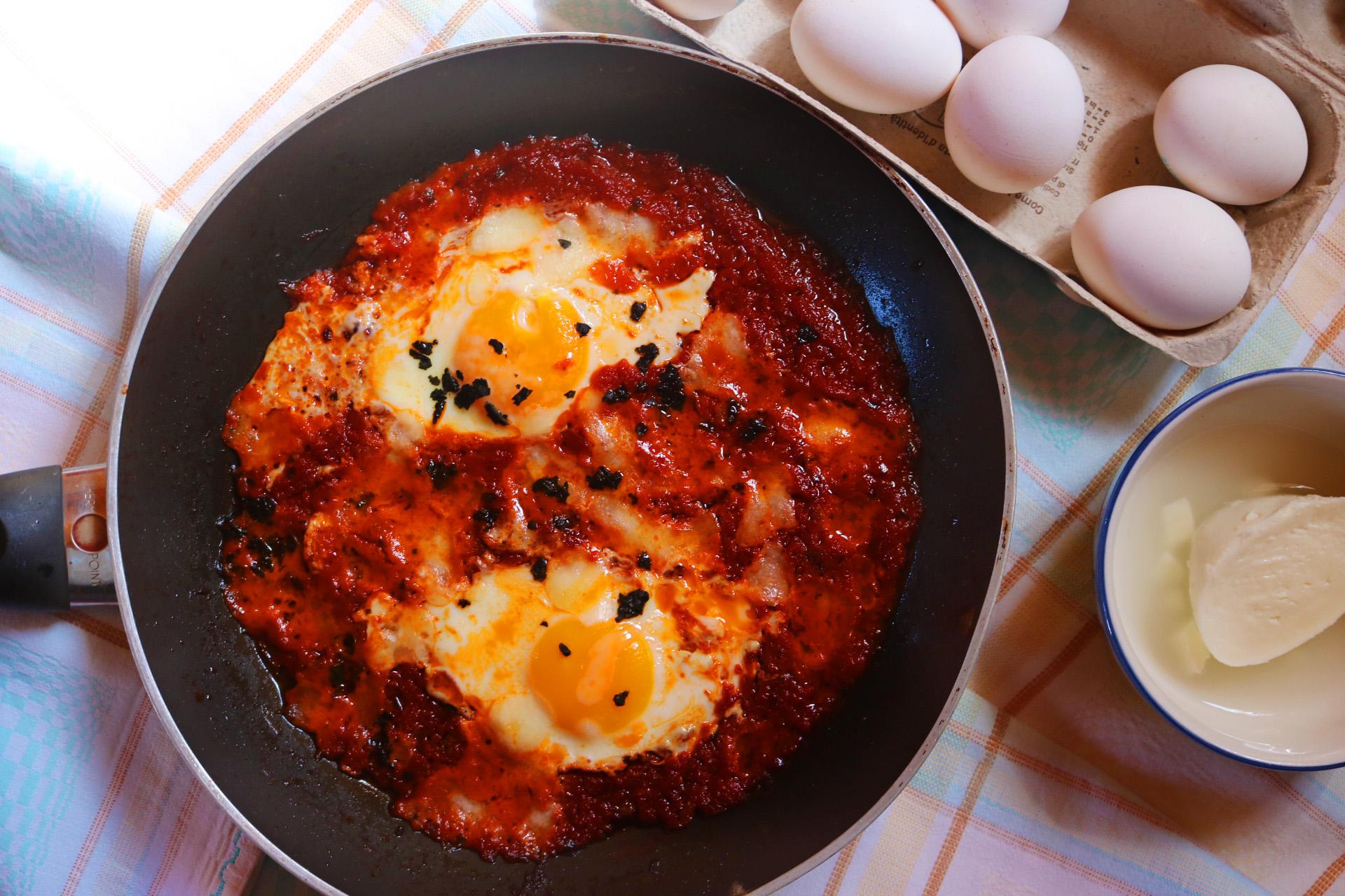 Uova alla pizzaiola: ricetta facile e veloce in padella