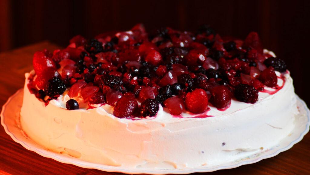 Torta allo yogurt con frutti di bosco e panna